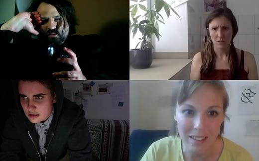 Vier Personen in einem Videochat in vier unterschiedlichen Fenstern